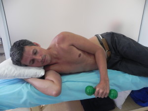 deitado de lato com cotovelo em 90º junto ao corpo segura-se peso de 250 a 500 mg