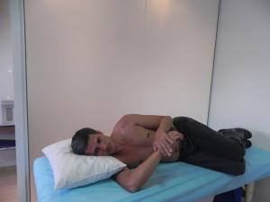 O mesmo pode ser feito com o paciente deitado Objetivo de trazer o máximo o lado operado para baixo (rotação medial)