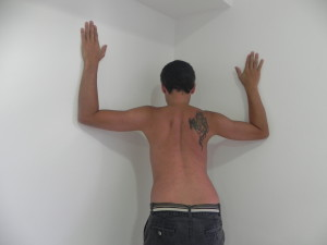 Posicionando-se num corner ambos cotovelos na altura dos ombros joga  corpo para frente